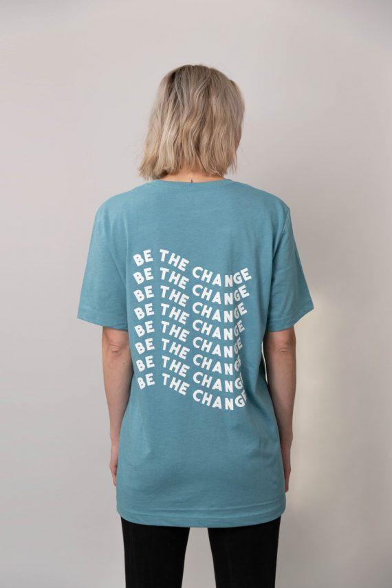 Jeune femme portant un nouveau t-shirt Optional Clothing
