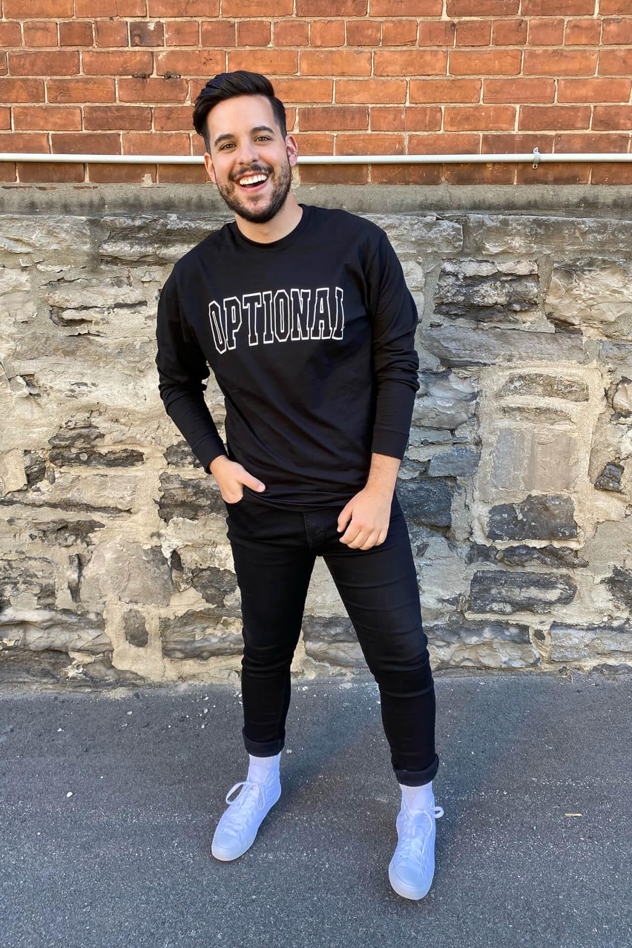 Jeune homme portant un nouveau long sleeves optional clothing