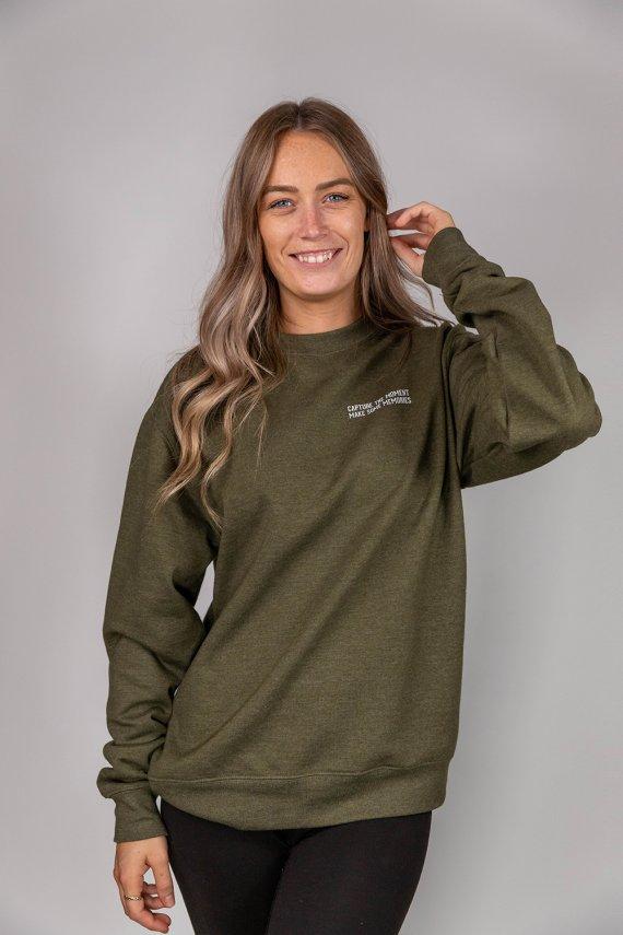 Jeune femme portant un nouveau crew neck optional clothing en collaboration avec cath garneau