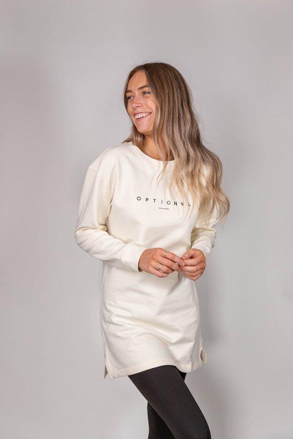 Jeune femme portant un nouveau crew neck dress optional clothing