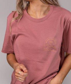 Jeune homme portant un nouveau t-shirt optional clothing