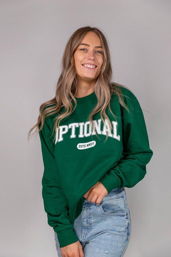 Jeune femme portant un nouveau crew neck optional clothing