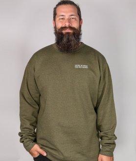 Jeune homme portant un nouveau crew neck optional clothing en collaboration avec cath garneau
